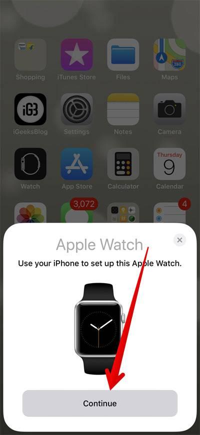 """می باید اپل واچ و آیفون خود را کنار یکدیگر بگذارید. پس از دیدن پیام """" Use your iPhone to set up this Apple Watch """" در آیفون، Continue را بتپید,روشتک,raveshtech"""