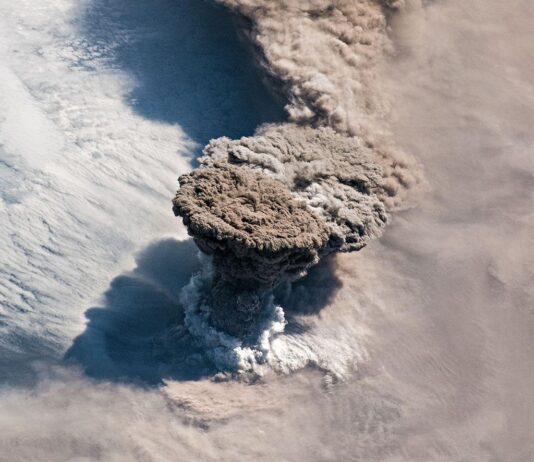 عکس شگفت انگیز از آتشفشان رایکوک