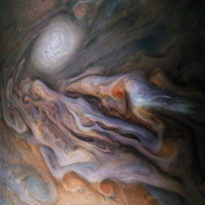 عکس شگفت انگیز از سیاره مشتری که توسط فضاپیمای NASA's Juno گرفته شده