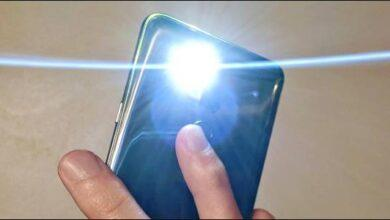 تصویر روشن کردن چراغ قوه گوشی اندروید با تپیدن یا ضربه زدن به پشت قاب